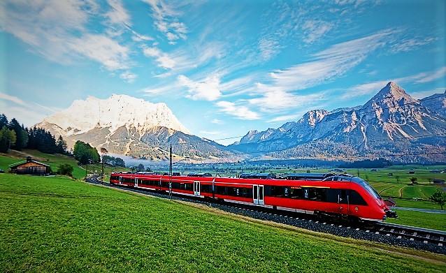Bild av framrusande tåg.